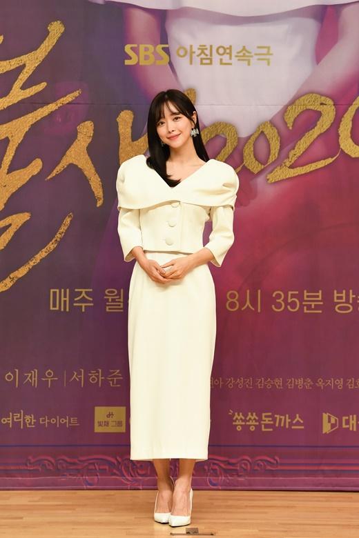 홍수아가 20일 오후 온라인으로 진행된 SBS 새 아침드라마 '불새' 제작발표회에서 포즈를 취하고 있다. /사진=SBS 제공