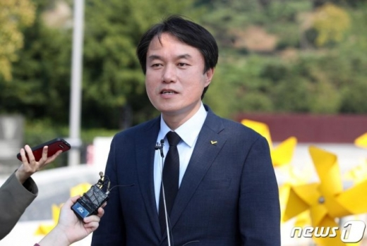 정의당 김종철 대표가 김해 봉하마을을 찾아 고(故) 노무현 전 대통령 묘소를 참배했다. /사진=뉴스1