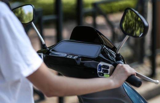 블루샤크 R1의 풀 컬러 10인치 HD 디스플레이는 상징적인 외관 디자인과 현대적인 디테일의 조화로 전기 스쿠터에 고급스러움을 갖췄다고 호평 받았다. /사진제공=블루샤크코리아