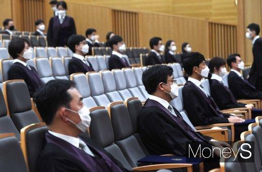 [머니S포토] 신임법관 임명식에서도 마스크 착용은 필수