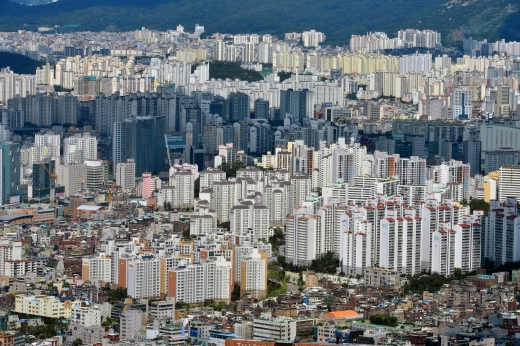 최근 3년 동안 20~30대가 서울에서 구입한 주택의 평균 가격이 7억3000만원이며 이 중 절반 이상은 빚으로 나타났다. 사진은 서울시내 한 아파트 밀집 지역. /사진=뉴시스 DB