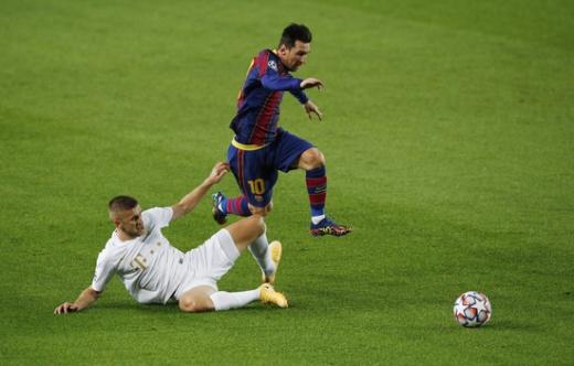 FC 바르셀로나 공격수 리오넬 메시(오른쪽)가 21일(한국시간) 스페인 바르셀로나의 누 캄프에서 열린 2020-2021 UEFA 챔피언스리그 조별예선 G조 1차전 페렌츠바로시와의 경기에서 상대 태클을 피해 드리블하고 있다. /사진=로이터