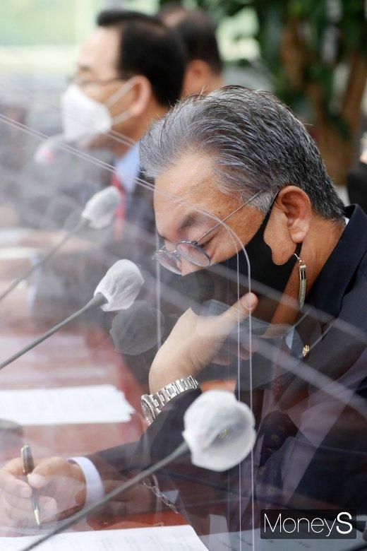 [머니S포토] 국민의힘 비대위-중진 연석회의, 고심하는 '정진석'