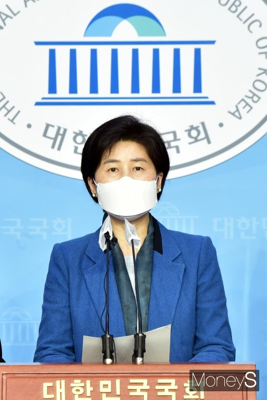 [머니S포토] 공수처장 추천위 촉구 기자회견 갖는 '백혜련'