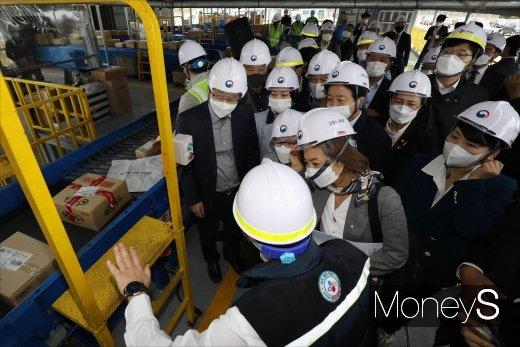 [머니S포토] 택배물류센터 현장시찰 나선 국회 환노위