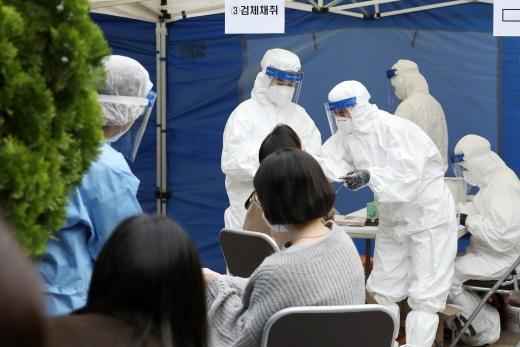 21일 오전 서울 강남구 대치2동 주민센터에 마련된 선별진료서에서 관내 학원강사들이 신종 코로나바이러스 감염증(코로나19) 진단검사를 받고 있다./사진=뉴스1 민경석 기자