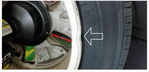 21일 자동차 커뮤니티 '보배드림'에 타이어뱅크 대리점 직원이 공구로 휠을 훼손하는 모습이 담긴 영상이 올라왔다. /사진=보배드림 게시글 캡처