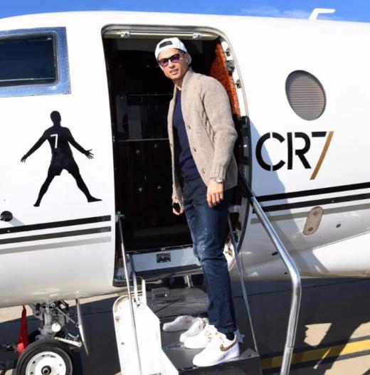 '축구스타' 크리스티아누 호날두가 자신의 전용기인 걸프스트림 G650 앞에서 포즈를 취하고 있다. /사진=호날두 인스타그램 캡처