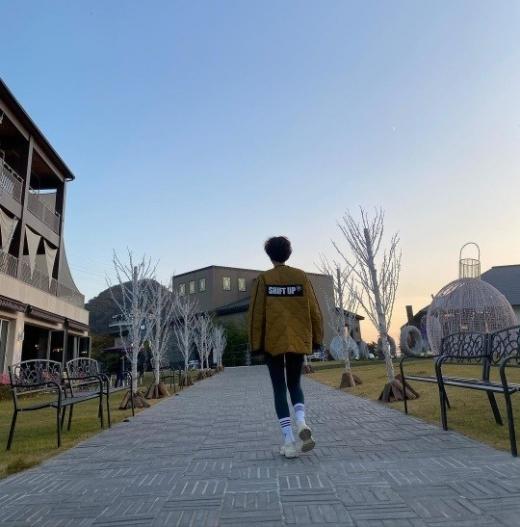 김성령이 21일 한적한 거리를 걷는 사진을 SNS에 게재하며 근황을 전했다. /사진=김성령 인스타그램 캡처