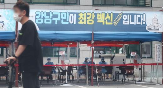 서울 강남구보건소 선별진료소 앞을 한 시민이 마스크를 쓴 채 걸어가고 있다. /사진=뉴스1