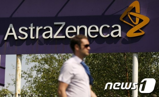 영국 제약사 아스트라제네카의 매클스필드 소재 생산공장 앞을 한 남성이 지나가고 있다./사진=로이터-뉴스1
