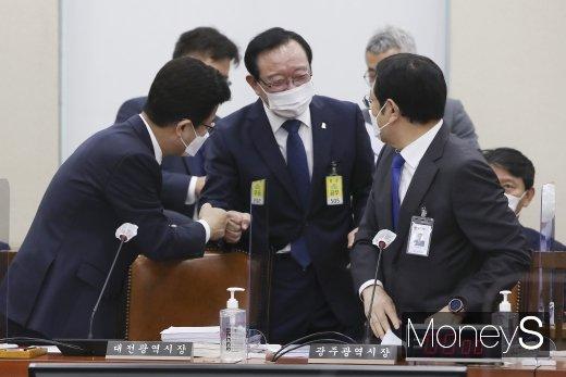 [머니S포토] 국정감사에서 인사하는 송철호·허태정·이용섭 시장