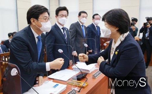[머니S포토] 이춘희 시장과 인사하는 서영교 위원장