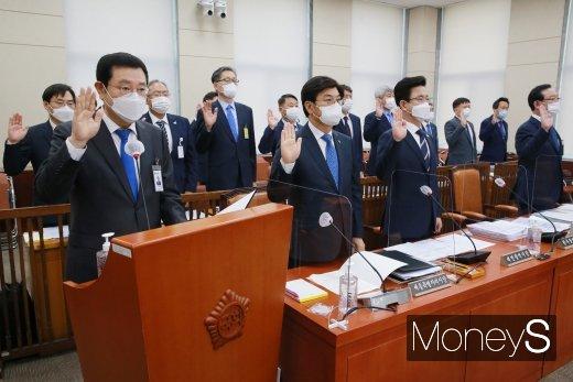 [머니S포토] 국감 선서하는 이용섭 광주광역시장