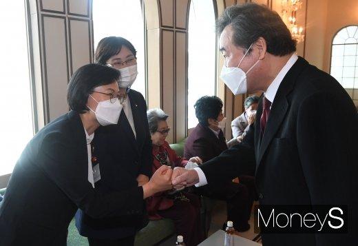 [머니S포토] 전국여성대회 기념식에서 인사하는 이낙연·강은미
