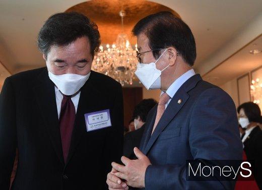 [머니S포토] 대화 나누는 박병석 의장과 이낙연 대표