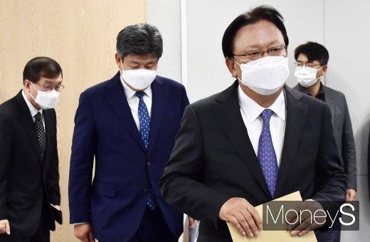 [머니S포토] 사과문·대책 발표 회견장 들어서는 박근희 CJ대한통운 대표