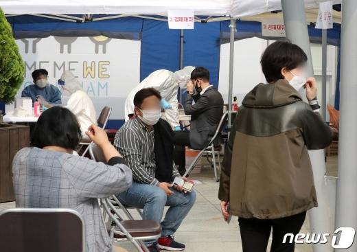 22일 서울 강남구 대치2동 주민센터 앞에 설치된 선별진료소에서 주민들이 진단검사를 받고 있다. 2020.10.22/뉴스1 © News1 이성철 기자