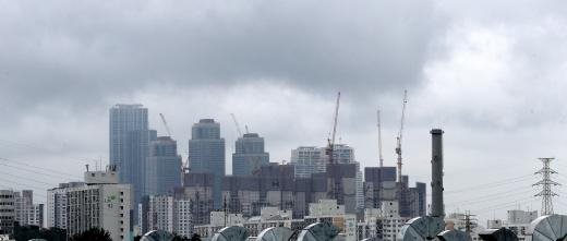 계속되는 전세난에 홍남기 부총리가 추가 대책을 고심하고 있다. 사진은 먹구름이 낀 서울시내 한 아파트 단지. /사진=뉴스1 박지혜 기자