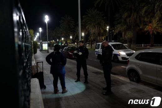 프랑스 경찰이 야간 통행금지 조치 위빈자를 단속 중인 모습 © AFP=뉴스1