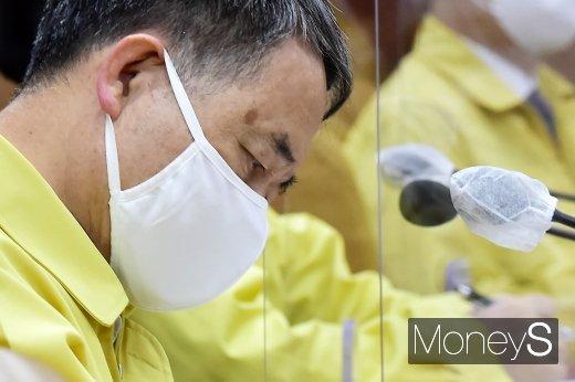 [머니S포토] 잇단 독감백신 사망 속 코로나 중대본 참석한 '박능후'
