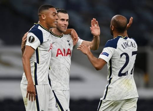 토트넘 홋스퍼 공격수 카를로스 비니시우스(왼쪽)가 23일(한국시간) 영국 런던의 토트넘 홋스퍼 스타디움에서 열린 2020-2021 UEFA 유로파리그 조별예선 J조 1차전 LASK 린츠와의 경기에서 전반 18분 루카스 모우라(오른쪽)의 골이 터진 뒤 동료들과 기뻐하고 있다. /사진=로이터