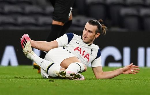 토트넘 홋스퍼 공격수 가레스 베일이 23일(한국시간) 영국 런던의 토트넘 홋스퍼 스타디움에서 열린 2020-2021 UEFA 유로파리그 조별예선 J조 1차전 LASK 린츠와의 경기에서 경기장에 넘어져 있다. /사진=로이터