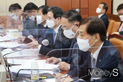 [머니S포토] 국회 기획재정위원회 종합감사 출석한 홍남기·이주열