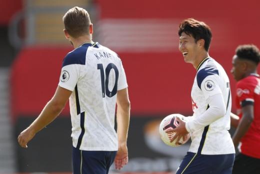 토트넘 홋스퍼 공격수 손흥민(오른쪽)이 시즌 9호 득점을 올리며 동료 해리 케인의 공격포인트 수를 추격하고 있다. /사진=로이터