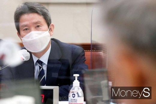 [머니S포토] 질의 답변하는 이인영 통일부 장관