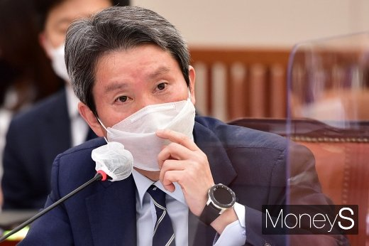 [머니S포토] 남북간 코로나19 방역 협력 질의 답변하는 '이인영'