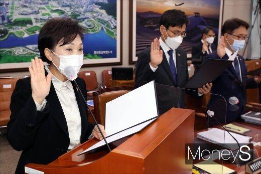 [머니S포토] 국토교통위원회 종합국정감사에서 선서하는 김현미 장관