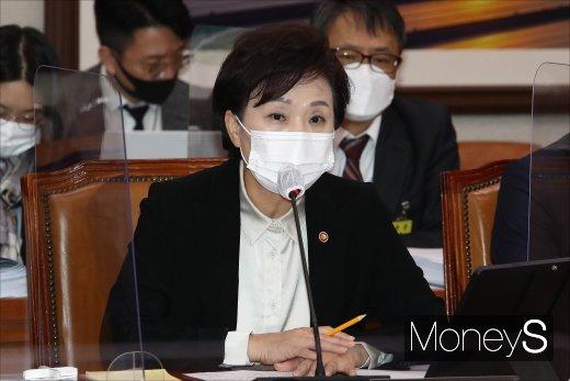 [머니S포토] 종합감사 질의 답하는 김현미 장관