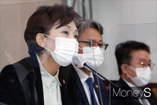 """[머니S포토] '인천공항 골프 게이트 의혹'에 김현미 """"근거 없는 의혹제기"""""""