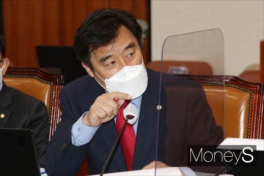 [머니S포토] 김현미 장관에게 질의하는 정동만 의원