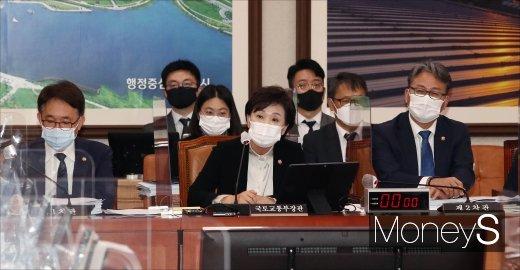 [머니S포토] 김현미 장관의 종합국정감사 답변