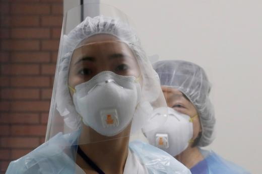 일본 요코하마의 한 병원에서 의료진이 방호장비를 착용한 채 카메라를 응시하고 있다. /사진=로이터