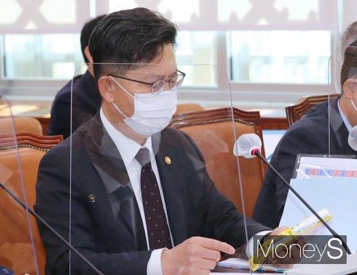 [머니S포토] 온라인 직구 가능 '일본산 카레' 살피는 김현수 장관