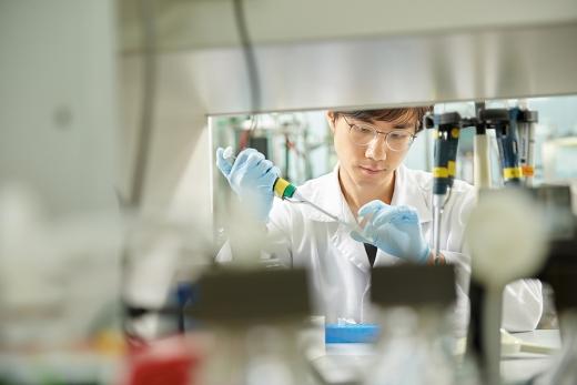 한미약품 연구원이 신약을 개발하고 있다. 사진/=한미약품