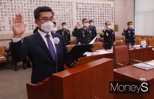 [머니S포토] 국정감사 선서하는 서욱 국방부 장관