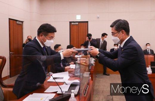 [머니S포토] 서욱 국방부 장관 '국감 선서문 제출'