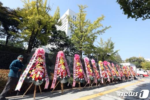 23일 서울 서초구 대검찰청 앞에 윤석열 검찰총장을 응원하는 화환이 놓여져 있다. /사진=뉴스1