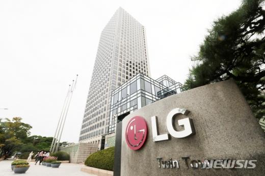 서울 영등포구 LG트윈타워 앞을 직원들이 지나가고 있다. /사진=뉴시스
