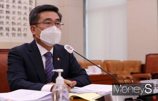 [머니S포토] 휴가 관련 질의 답하는 서욱 국방부 장관