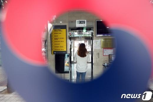 제85회 의사국가시험 실기시험이 이어지고 있는 가운데 지난 9월14일 오후 서울 광진구 한국보건의료인국가시험원(국시원) 본관에서 관계자들이 발걸음을 옮기고 있다. /뉴스1 © News1 황기선 기자
