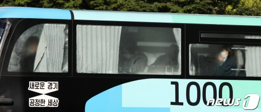 절기상 서리가 내리는 상강(霜降)을 맞은 23일 오전 서울 종로구 광화문 네거리를 지나는 버스 유리창에 뿌옇게 성에가 끼어 있다. 2020.10.23/뉴스1 © News1 민경석 기자
