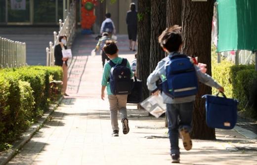 초등학교 1-2학년의 등교개학이 시작된 지난 5월27일 서울 송파구 세륜초 학생들이 등교하고 있다. /사진=머니투데이 김휘선 기자