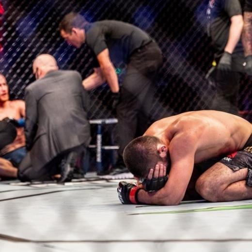 UFC 라이트급 챔피언 하빕 누르마고메도프가 돌연 눈물의 은퇴를 선언했다. 사진은 경기를 마친 후 눈물을 흘리는 하빕 누르마고메도프. /사진= UFC 인스타그램