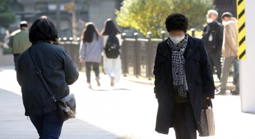 월요일인 26일은 아침 최저 기온이 3~12도로 전망되며 전국에 가끔 구름이 많이 끼는 날씨를 보이겠다. 사진은 서울 종로구 광화문 광장 인근에서 시민들이 두꺼운 옷을 입고 걸어가는 모습. /사진=뉴시스 박미소 기자