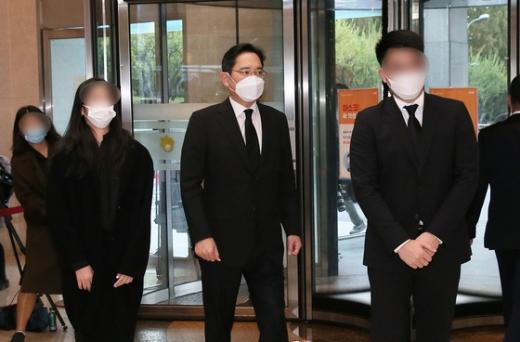 이재용 삼성전자 부회장(왼쪽 3번째)이 지난 25일 자녀들과 함께 고 이건희 삼성그룹 회장의 빈소가 마련된 서울 강남구 삼성서울병원 장례식장에 들어서고 있다. /사진=뉴스1